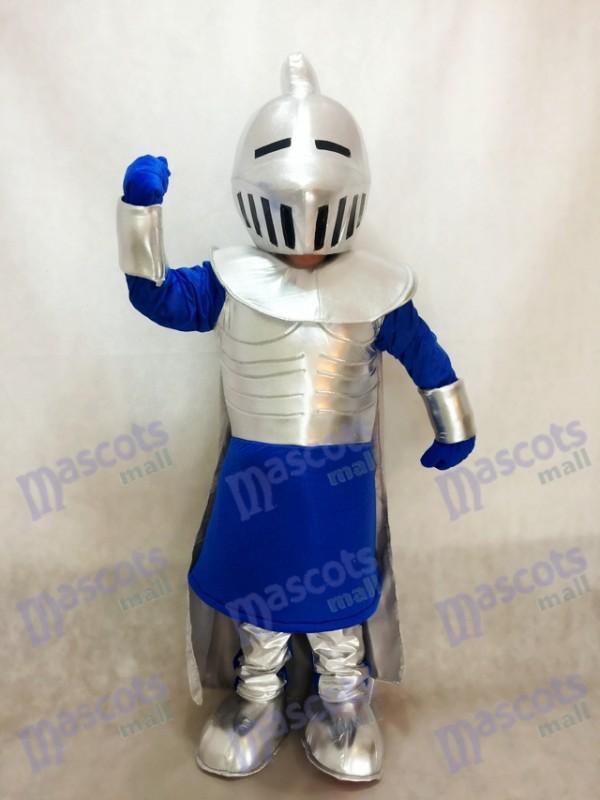 Chevalier argenté en costume de mascotte bleue